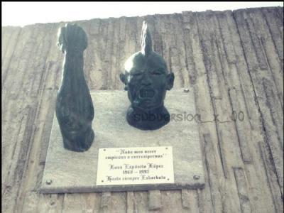 Iosu Eskorbuto con monumento en Santurtzi